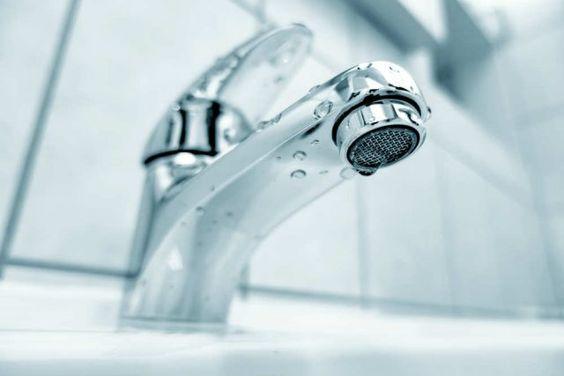 Come pulire i rubinetti del bagno dal calcare