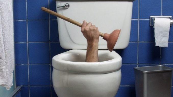 WC otturato e intasato da cacca e oggetti, Come sturarlo? Rimedi