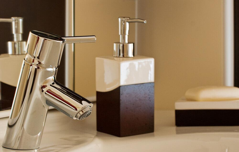 rubinetteria cromata del bagno